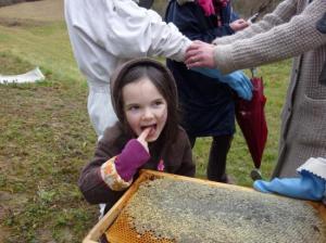 Ste Colombes en Bruilhois visite du rucher avec des enfants